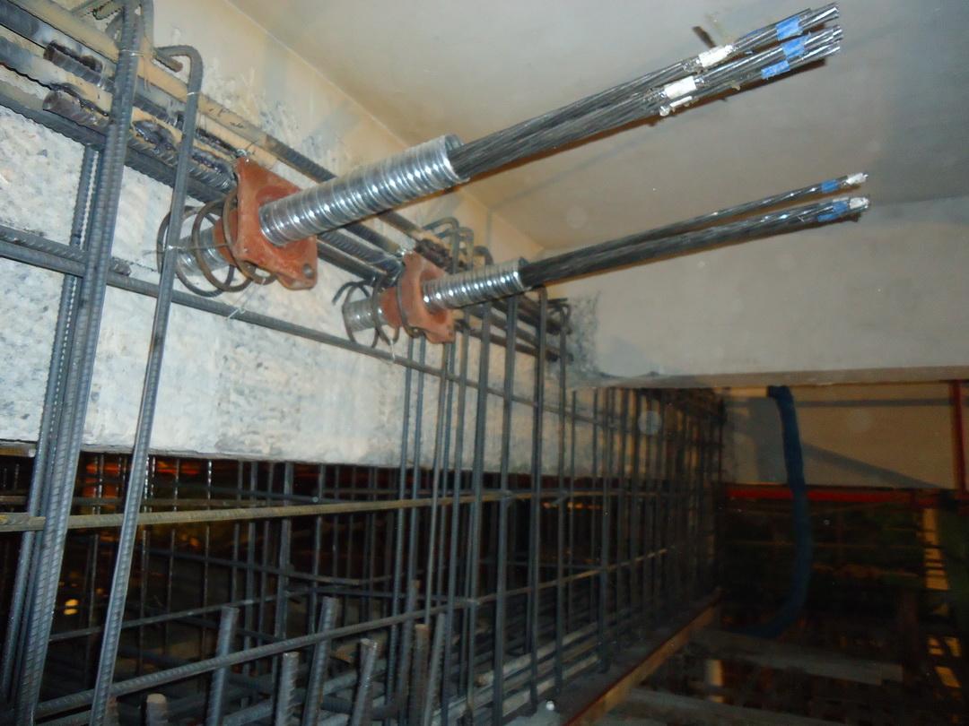 预应力 卸载 结构加固 电子监测 一、前言 目前,建筑业的发展已由大规模的新建时期转到新建与维修改造并重时期,一些原有建筑物都面临着改造加固问题,托梁拔柱作为解决扩大柱距问题的一种较好的技术方法得到了广泛应用。托梁拔柱是托屋架拔柱、托梁拆墙及托梁拔柱的总称,是在不拆或少拆上部结构的情况下实施拆除、更换、接长柱子的一门综合性技术,包括相关结构加固技术、上部结构顶升技术及断柱技术等,适用于因使用功能改变及生产工艺更新,要求改变平面布局、增大使用空间的旧建筑厂房改造等。与传统的大掀盖改造相比,托梁拔柱法具有对生